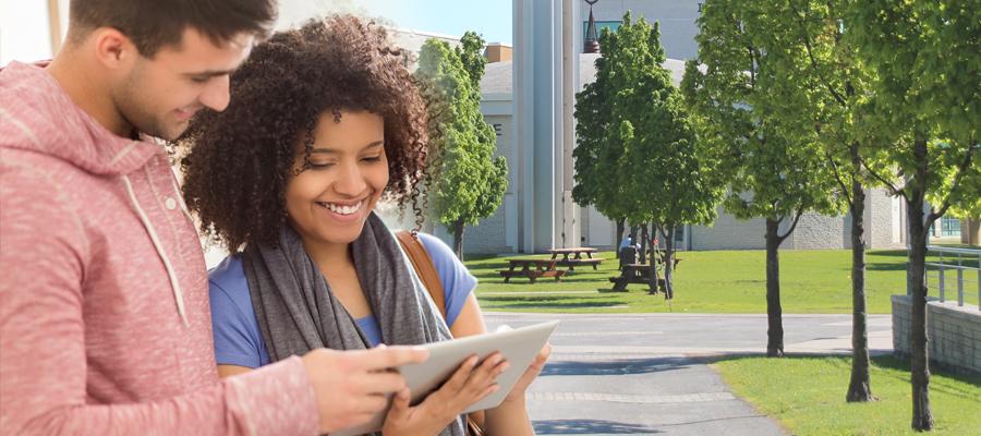 Deux étudiants sur une tablette électronique
