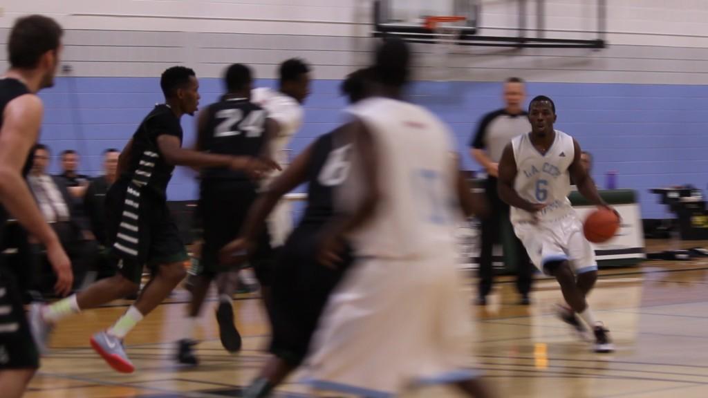 Des joueurs de basketball lancent la ballon