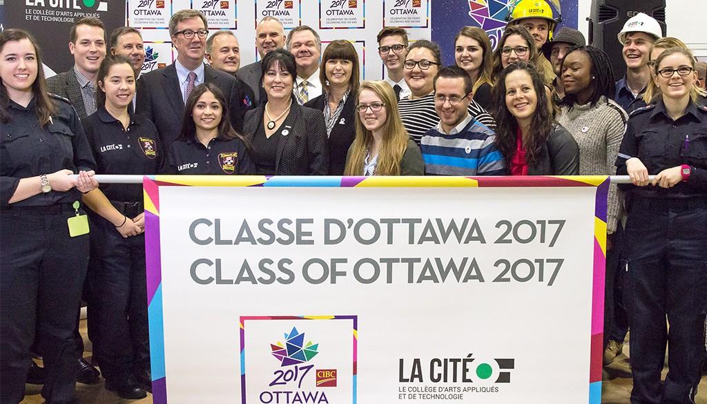Un groupe d'étudiant et invités distingué tenant une affiche des célébrations Ottawa 2017