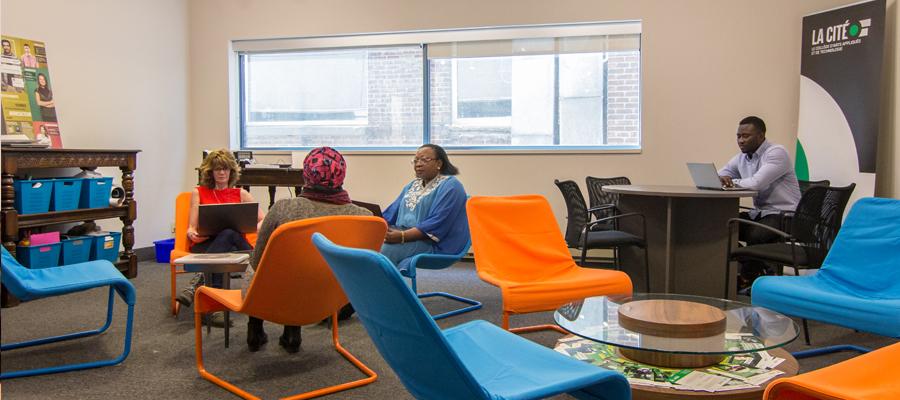 Des étudiants travaillent à La Cité à Toronto