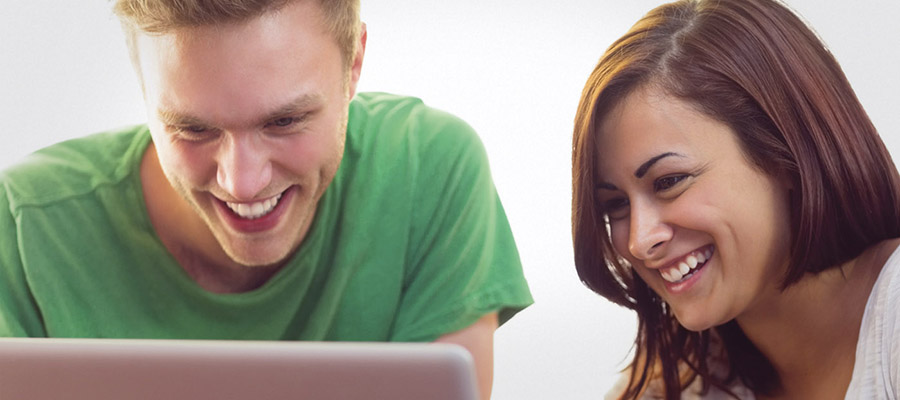 Deux jeunes étudiants devant un ordinateur