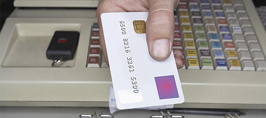 main qui tend une carte de crédit