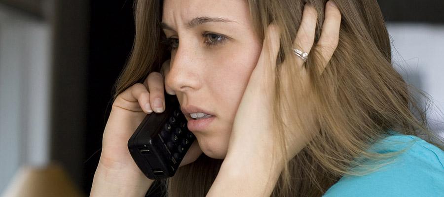 jeune femme préoccupée au téléphone