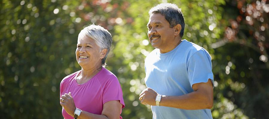 couple âgé qui fait du jogging