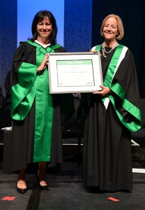 Mme Bourgeois et Mme Cloutier avec diplôme posthume Frère Maurice Lapointe