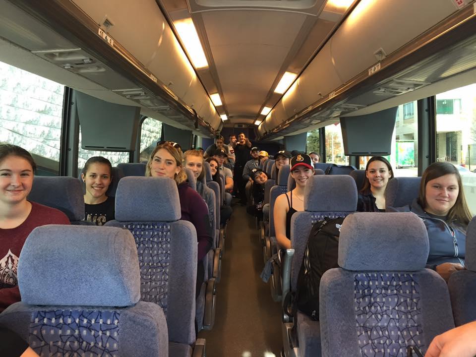 un groupe d'étudiants dans un autobus