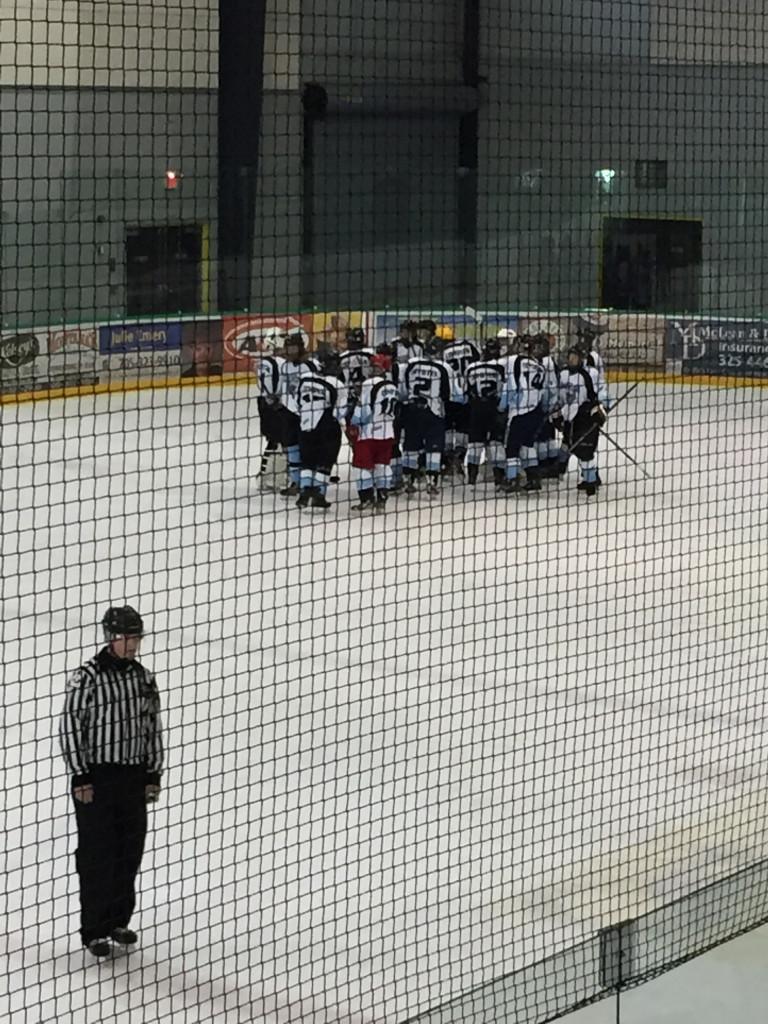 Une équipe de hockey sur la gacae intérieur