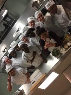 un groupe d'etudiants en arts cullinaires posent devant un miroir