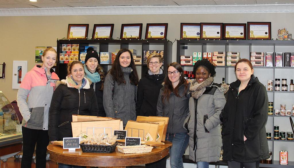 une groupe d'étudiante du programme gestion alimentaire dans une fromagerie locale