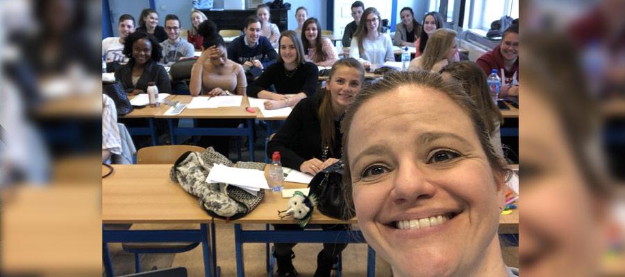 Isabelle Pelletier en salle de classe en Belgique