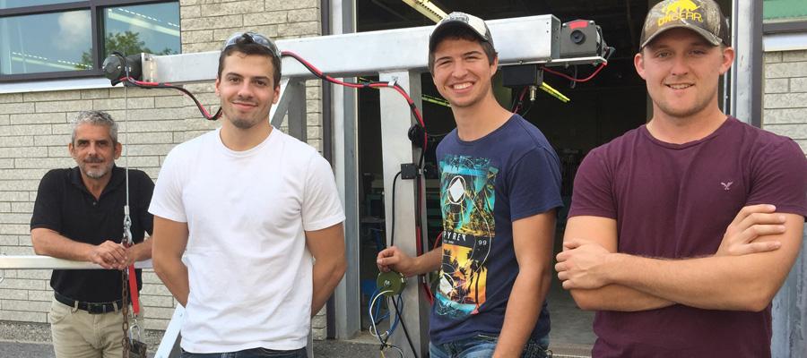 De gauche à droite : Sylvio Méthot, professeur en Technologie du génie mécanique, Mario Giovanni Torlone et Alexis Thibault, étudiants et Alexandre Castonguay de la ferme Agriguay.