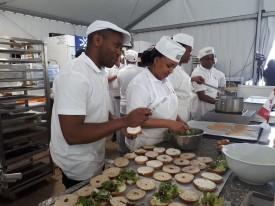 Alexis (gauche) et Diane (droite) préparent des bagels au saumon pour les visiteurs.