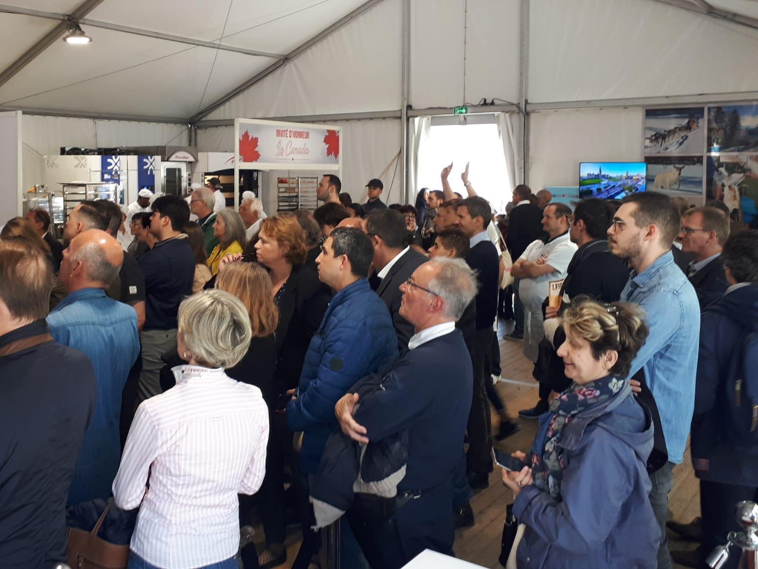 Beaucoup de monde sous la tente oû se trouve le kiosque des étudiants de La Cité.