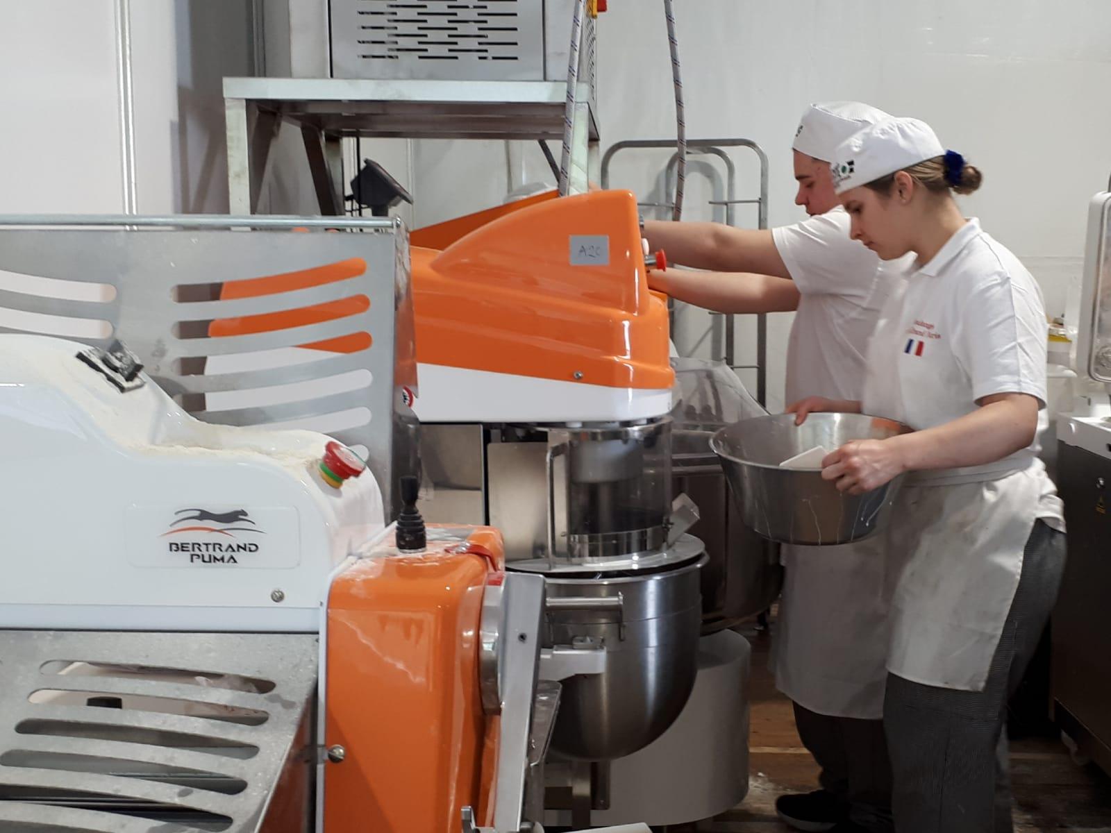 Camille prépare la pâte pour les produits canadiens vendus à la Fête du pain.