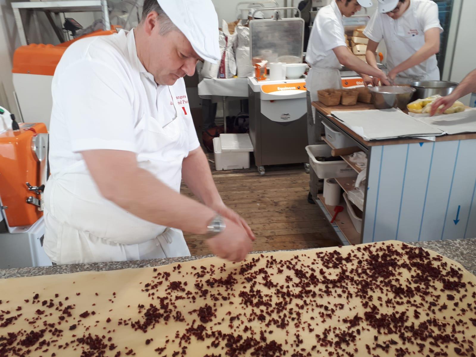 Chef Jean-Claude Duwiquet prépare des roulés aux canneberges.