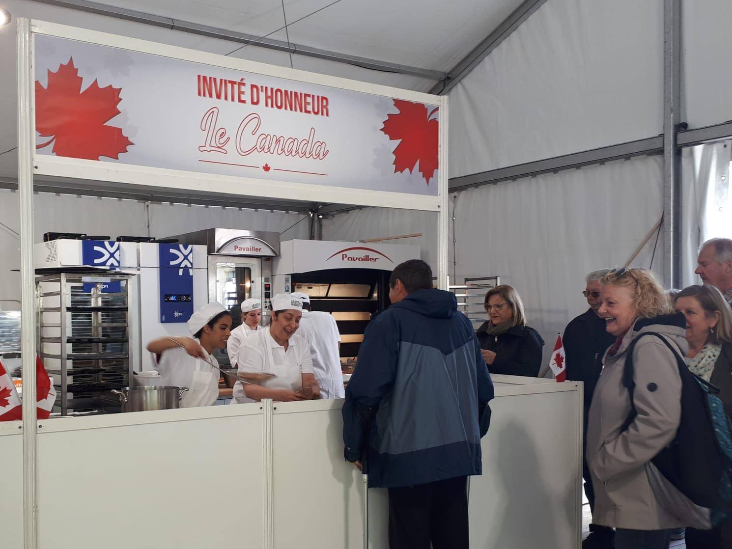 Le kiosque du Canada où oeuvrent les étudiants de La Cité à la Fête du pain.