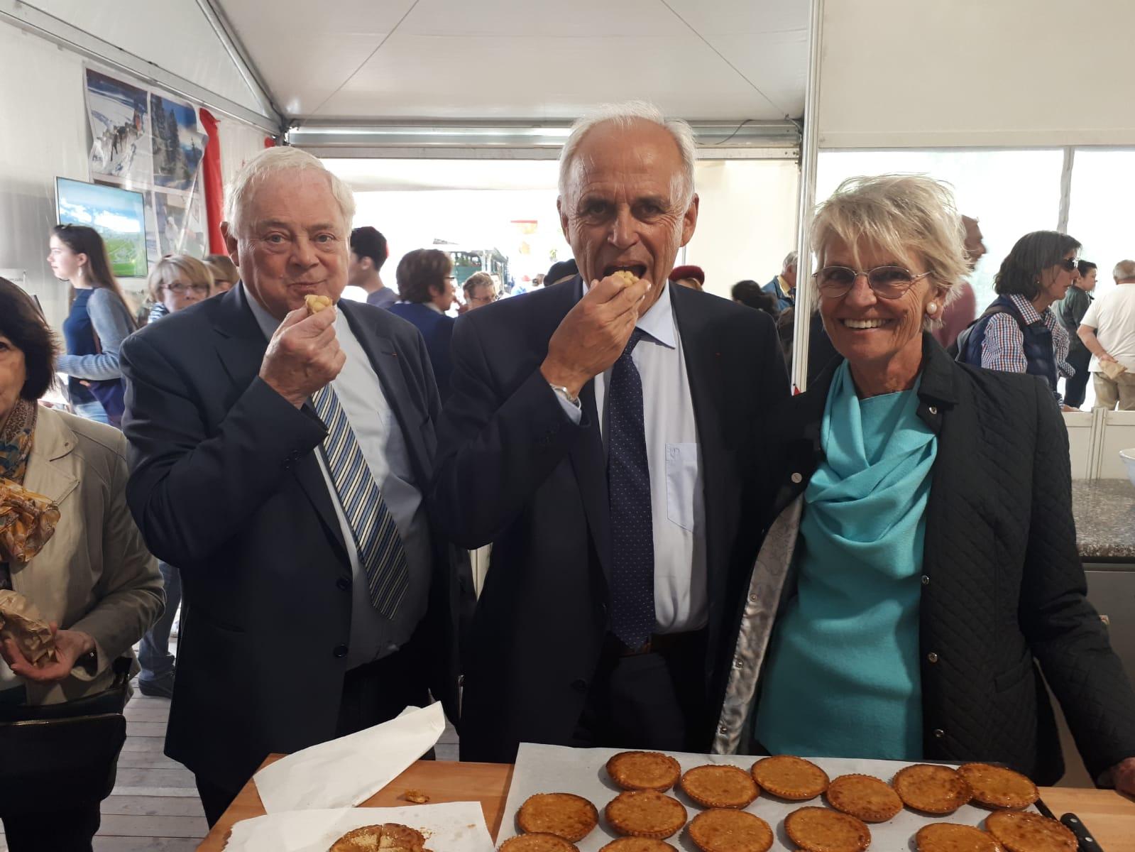 Le président de l'Association France-Canada, Marc Laffineur, ainsi que deux membres de son équipe.