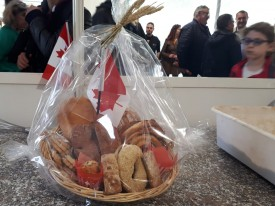 Un panier rempli de produits canadiens a été remis à la mairesse de Paris.